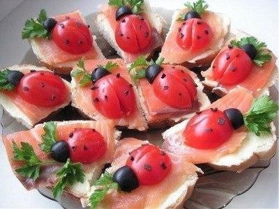 красивые бутерброды с красной рыбой - божья коровка с помидорами