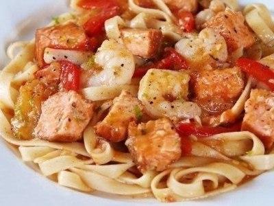 паста с креветками, лососем и помидорами