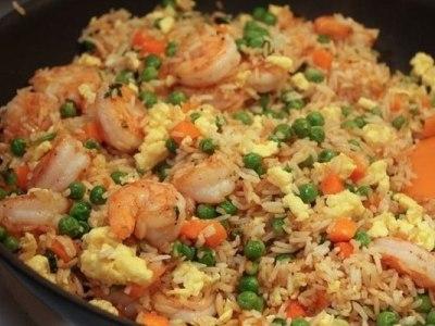 рецепт риса с креветками, овощами и яйцом