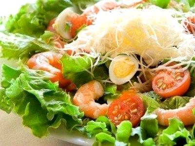 диетический салат с креветками, салат креветки помидоры перепелиные яйца
