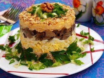 салат с курицей и жареными грибами слоеный