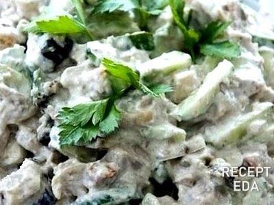 салатс курицей зеленым горошком и огурцом