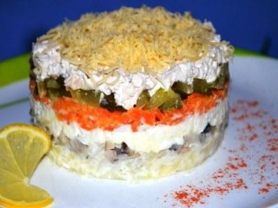 слоеный салат с говядиной, грибами и солеными огурцами
