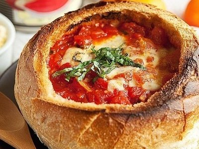 сырный томатный суп в хлебной тарелке