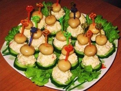 праздничная закуска на шпажках. Шарик салата из крабовых палочек, сыра и яйца, огурец