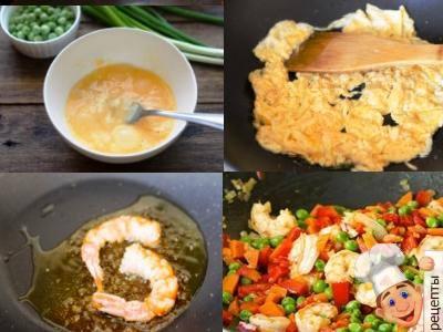 жареный рис с креветками и овощами на сковороде