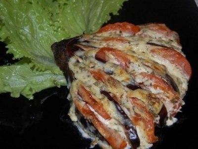 Баклажаны, запеченные с помидорами и сыром веером