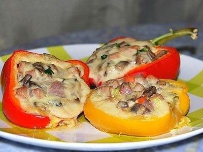 Перец, фаршированный грибами шампиньонами, ветчиной и сыром