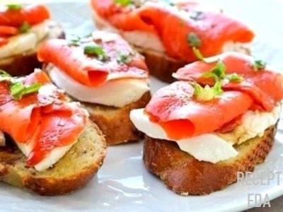 бутерброды с моцареллой и лососем