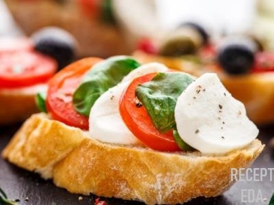 бутерброды с моцареллой и помидорами