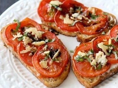 бутерброды с сыроми чесноком и помидорами