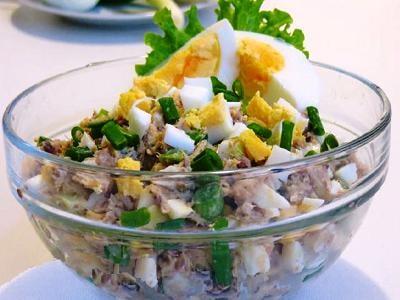 Cалатиз рыбной консервы с яйцом и луком