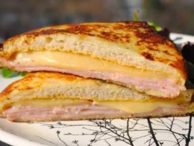 горячие бутерброды с колбасой и сыромна сковороде