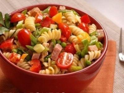 итальянский салат с макаронами и ветчиной