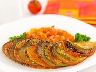 баклажаны, кабачки, помидоры, запеченные с овощами в духовке