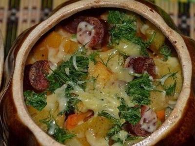 Картошка с охотничьими колбасками в духовке в горшочках