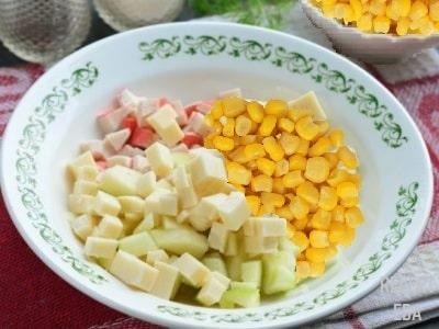 салат крабовый с кукурузой и яблоком