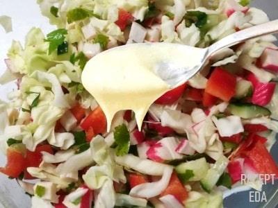 крабовый салат с помидорами и капустой