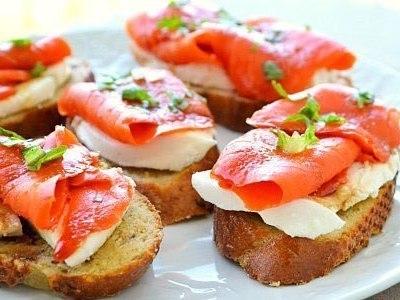 кростини бутерброды с моцареллой и копченым лососем, красной рыбой