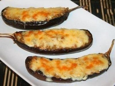 Баклажаны лодочки с грибами и сыром, запеченные в духовке