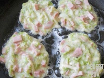 оладьи из кабачков с сыром и колбасой рецепт