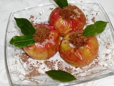 Печеные яблоки с медом и орехами в духовке