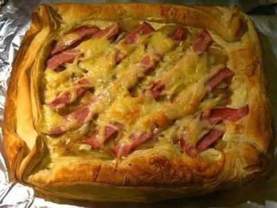 Пирог из слоеного теста с колбасой