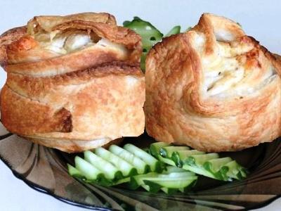 слоеные пирожки розочки из слоеного теста с курицей и сыром. Рецепт, как сделать