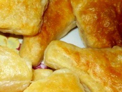 пирожки из слоеного теста с ветчиной и сыром жареные