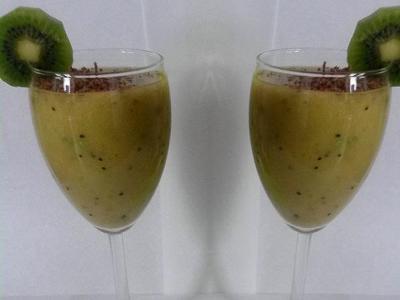 Фруктовый коктейль в блендере с соком