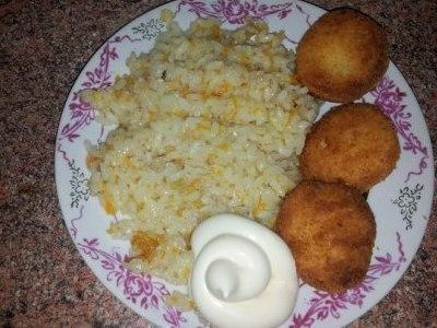 Рис с луком и морковью на сковороде