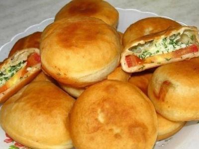 Жареные пирожки с помидором и сыром