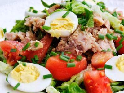 рецепт салата с консервированным тунцом. яйцом, огурцами и помидорами