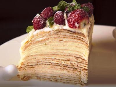 Блинный торт с белковым кремом и ягодами