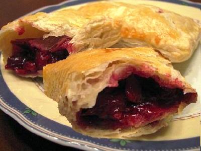 Рецепт пирожков с вишней из слоеного теста