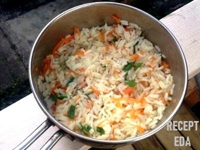 рис с морковкой и луком в кастрюле