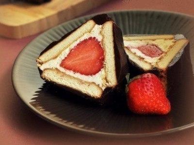 рулет из печенья, творога и какао без выпечки