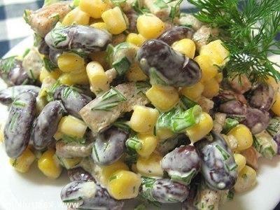 Салат с красной фасолью, кукурузой и сухариками