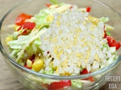 салат из капусты с яйцом и кукурузой
