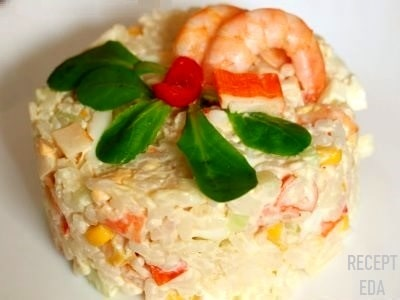 салат из крабовых палочек и креветок и риса