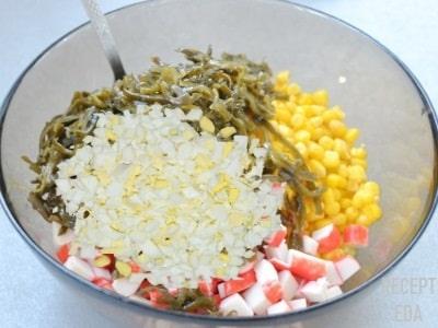 салат из крабовых палочек с морской капустой и яйцом