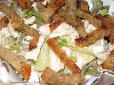 Салат с фасолью, курицей, солеными огурцами и сухариками