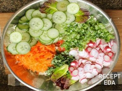 салат из редиса с огурцом и зеленым луком морковью
