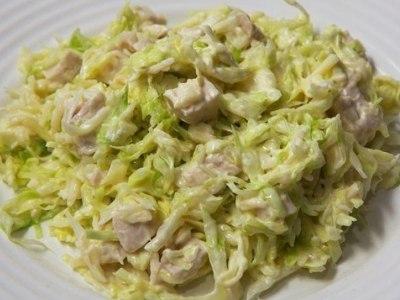 Салат с капустой и курицей и сухариками