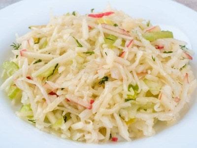 салат из свежей капусты с яблоком
