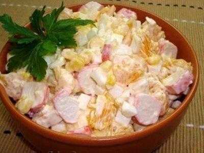 Кукурузный салат с крабовыми палочками и апельсином