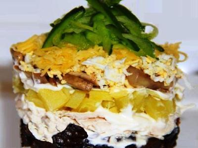 Салат с черносливом курицей, жареными грибами и свежим огурцом