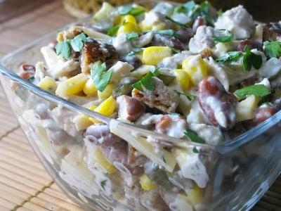 Салат с консервированной фасолью, кукурузой, курицей и сухариками