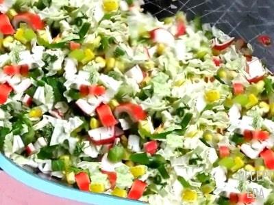 салат с крабовыми палочками и капустой, рисом и кукурузой