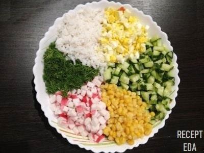 салат с крабовыми палочками и кукурузой и рисом и яйцом и огурцом